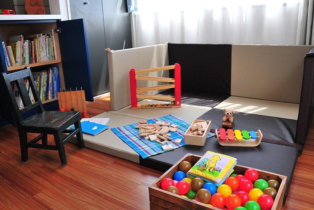 子どもと扉 保育室